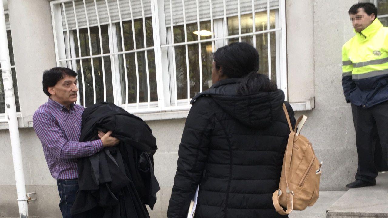 Una persona recogía este jueves en los juzgados las togas para desinfectar