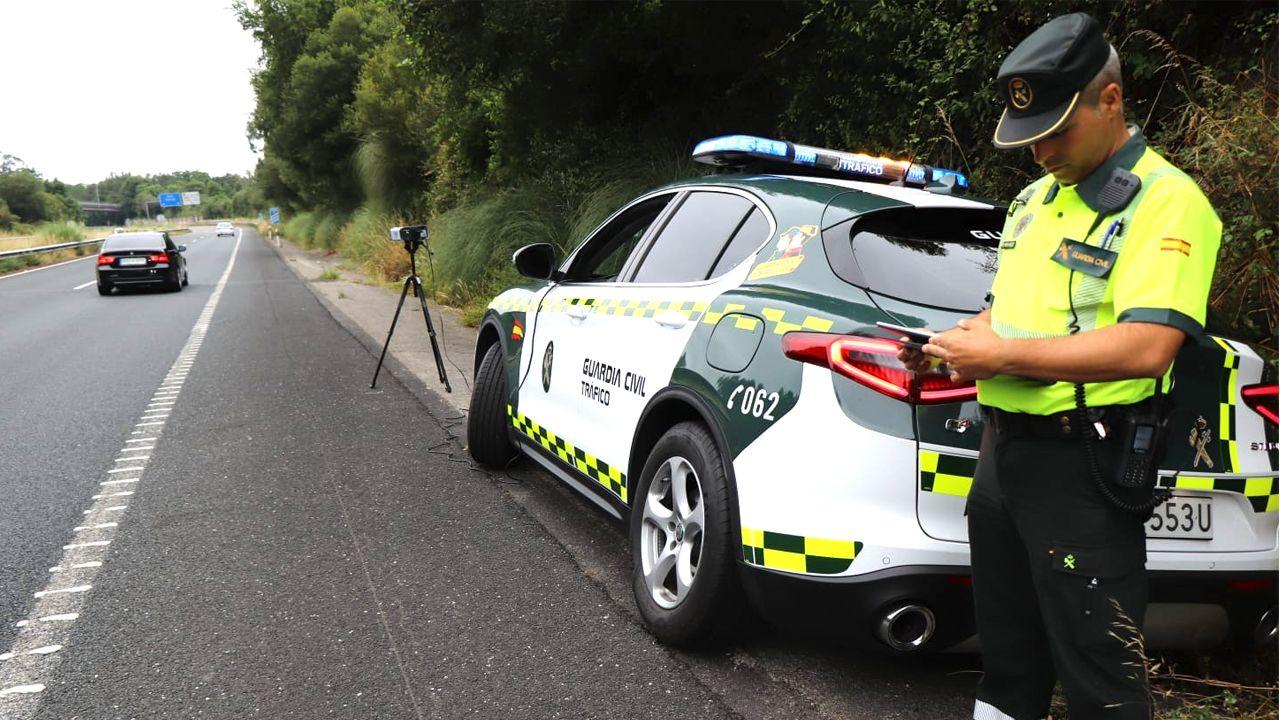 Además de los lectores fijos, también hay dispositivos portátiles que manejan las patrullas de la Guardia Civil, como el de la imagen
