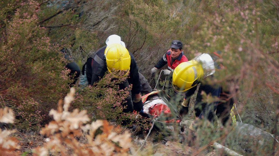 Difícil rescate del accidentado en Quiroga.La parte frontal del coche de los los heridos quedó destrozada