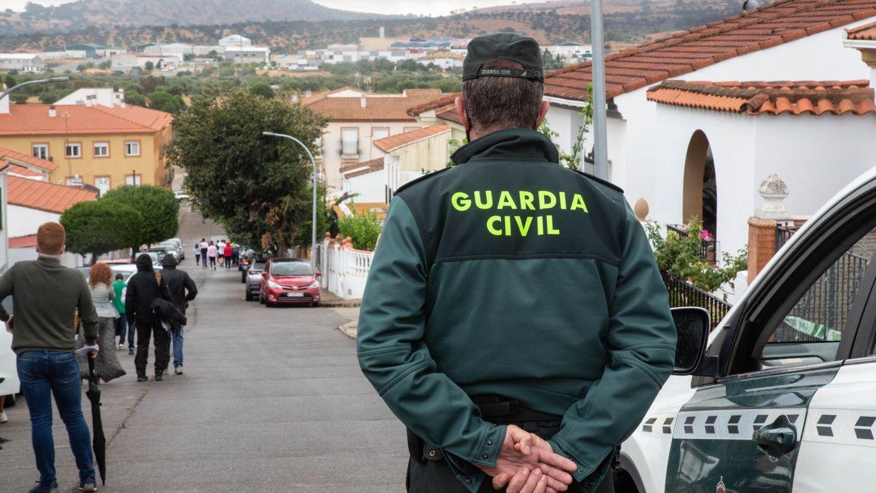 Un agente de la Guardia Civil custodia la vivienda de Eugenio D. H. detenido por el presunto asesinato de Manuela Chavero