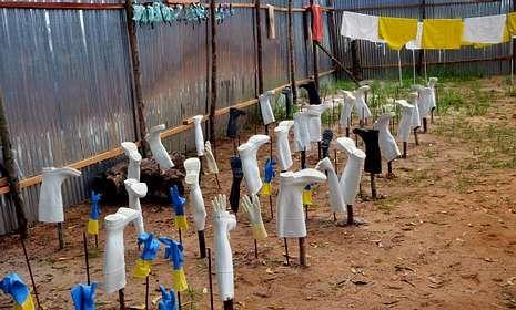 Así es el protocolo ante un caso de ébola.Un sanitario charlaba con Manuel García Viejo a su llegada a Torrejón el pasado 22 de septiembre.