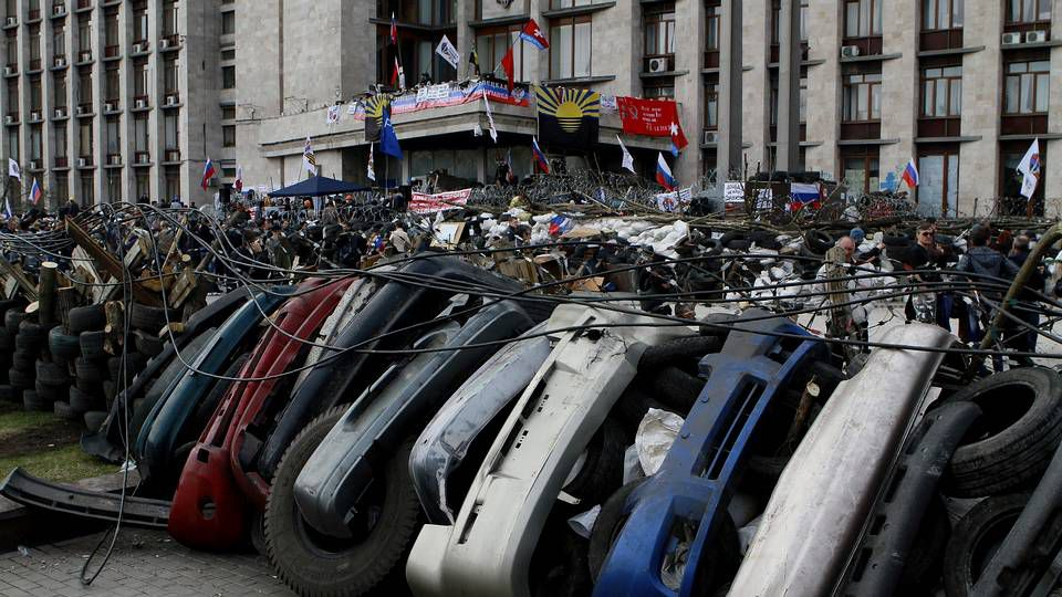 Activistas prorrusos permanecen tras una barricada en la sede de la Administración Regional en Donetsk.