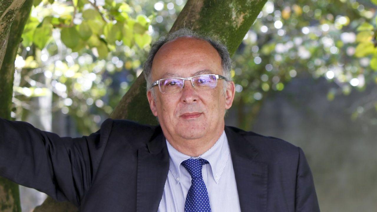 Homenaje a Adrián Verdes en Malpica por sus 25 años en Protección Civil: las imágenes.Fernando González Laxe, expresidente de la Xunta