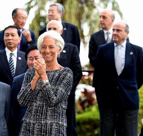 La directora del FMI, Christine Lagarde, con De Guindos detrás.