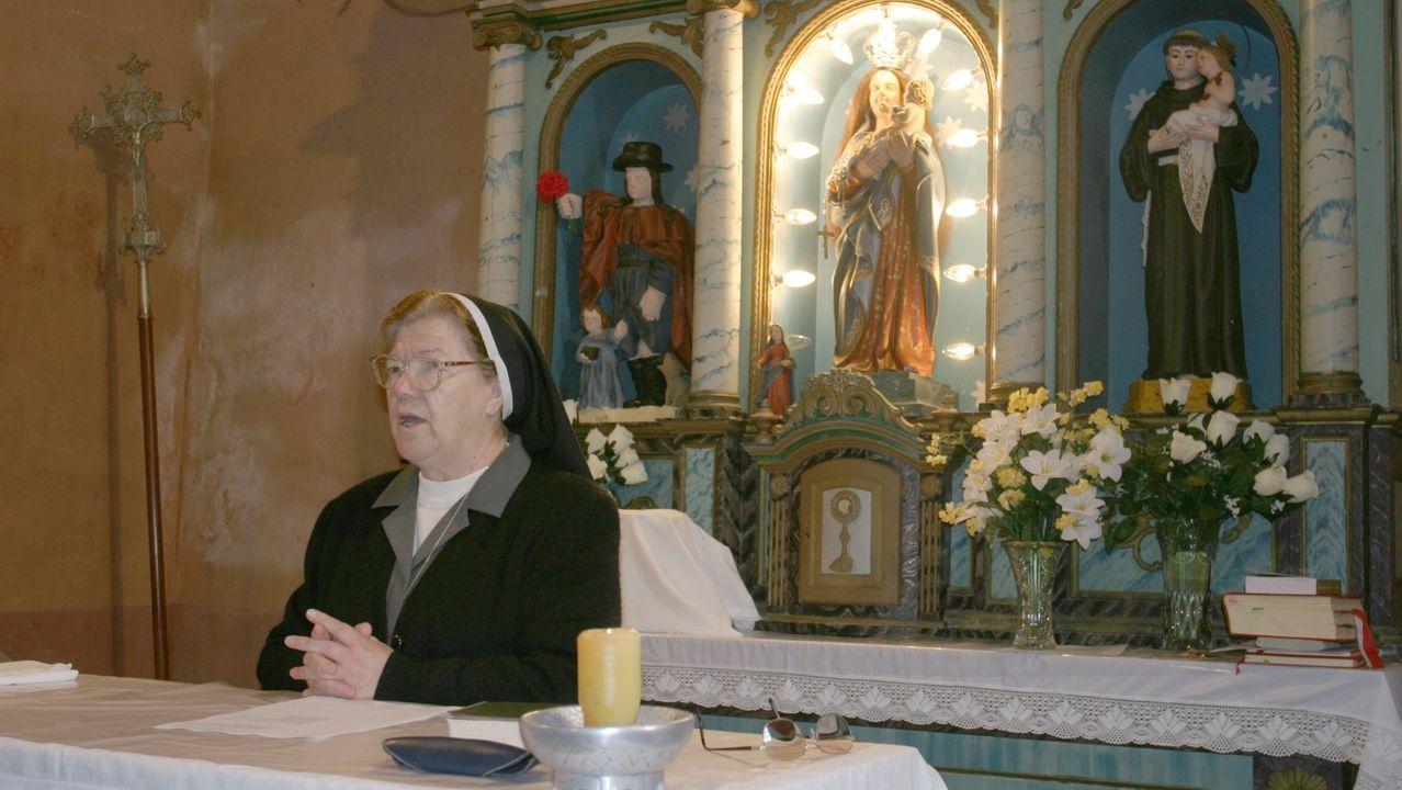 «Queremos a María!», el grito de estos vecinos de O Valadouro.Sor María, a la izquierda, y sor Eloína, en la iglesia de Vilacampa (O Valadouro) celebrando la Palabra