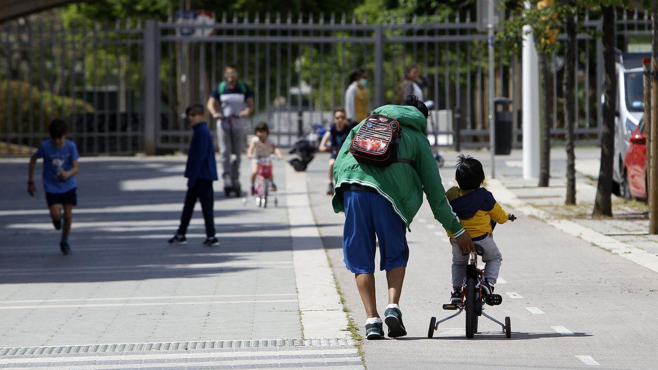 Galicia apura el primer día de paseos.Varios niños juegan en una calle de Palma de Mallorca