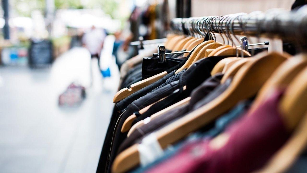 Prendas en una tienda de ropa