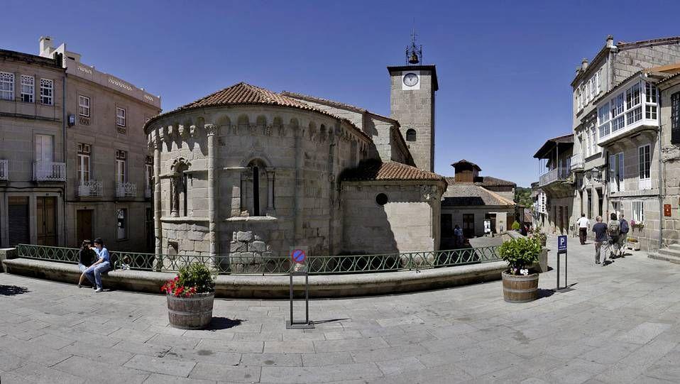 Allariz.Allariz es uno de los referentes turísticos de la Galicia interior, especialmente por el puntilloso trabajo realizado en la recuperación de su casco histórico. Piedras seculares hablan de un patrimonio arquitectónico originado a orillas del río Arnoia.