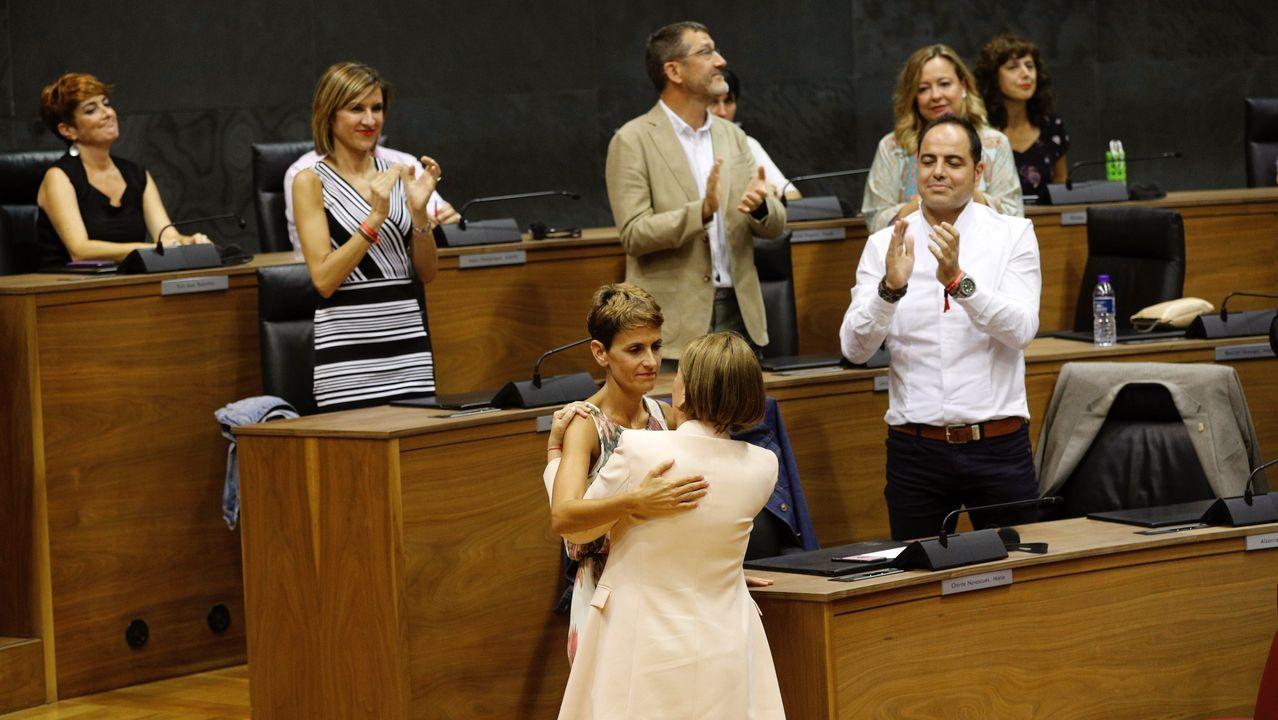 La nueva presidenta de Navarra, la socialista María Chivite, recibe las felicitaciones de su antecesora en el cargo, Uxue Barkos (Geroa Bai)