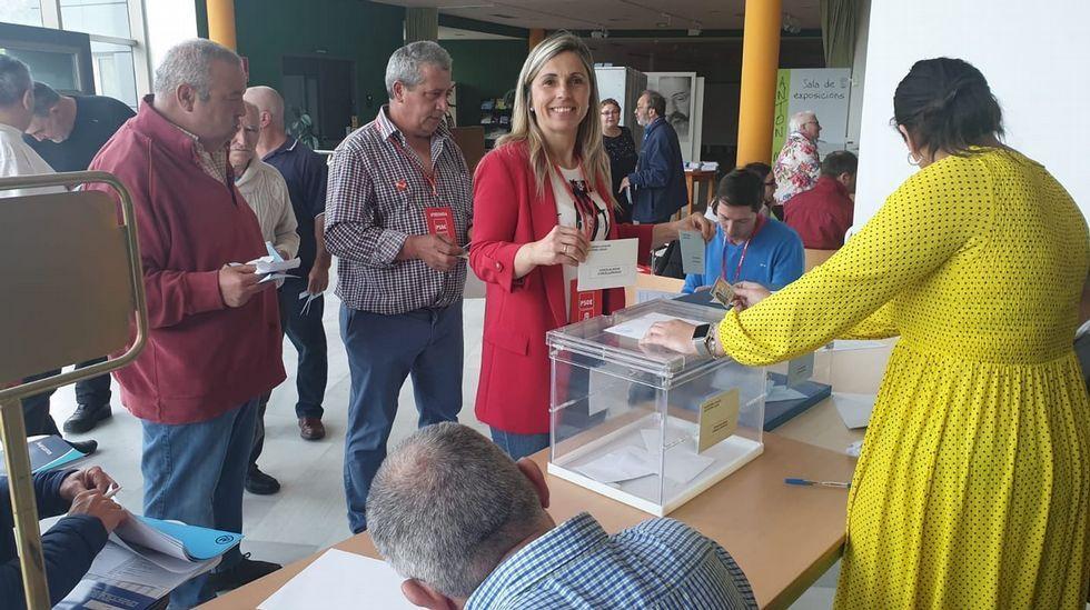 Votación de Mónica Rodriguez (PSOE), en Vimianzo