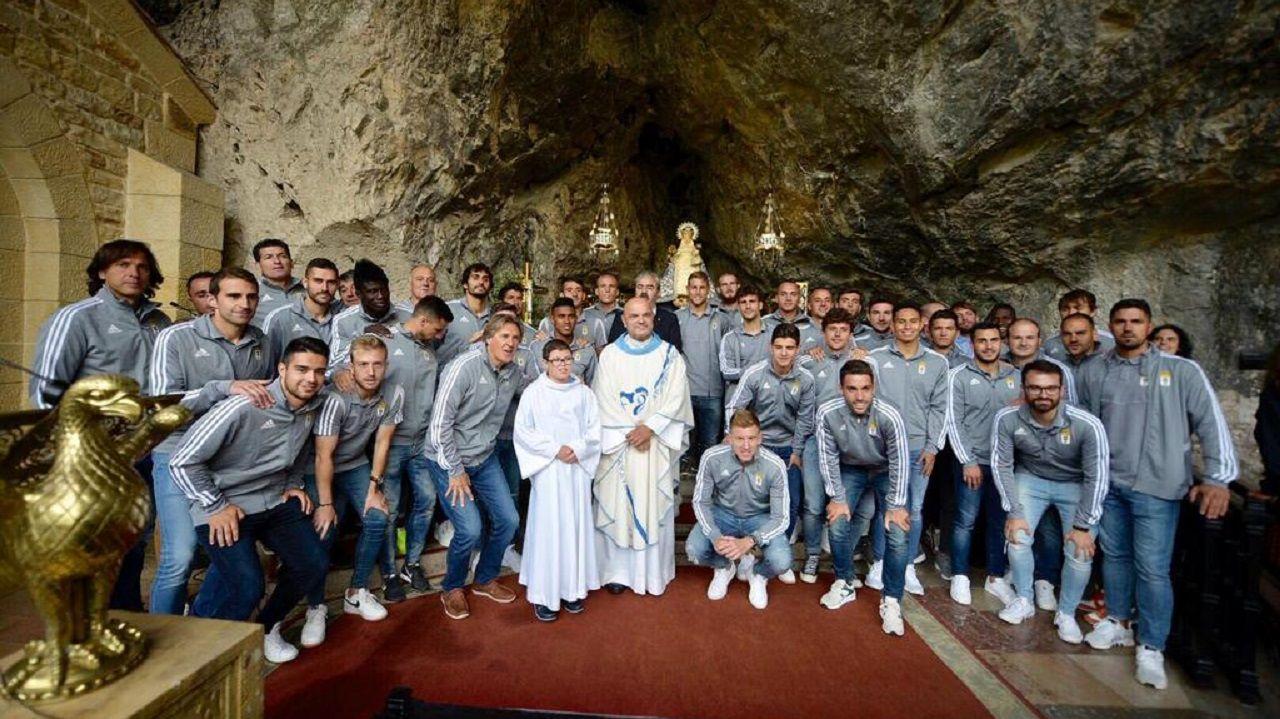La plantilla del Real Oviedo en la Santa Cueva de Covadonga
