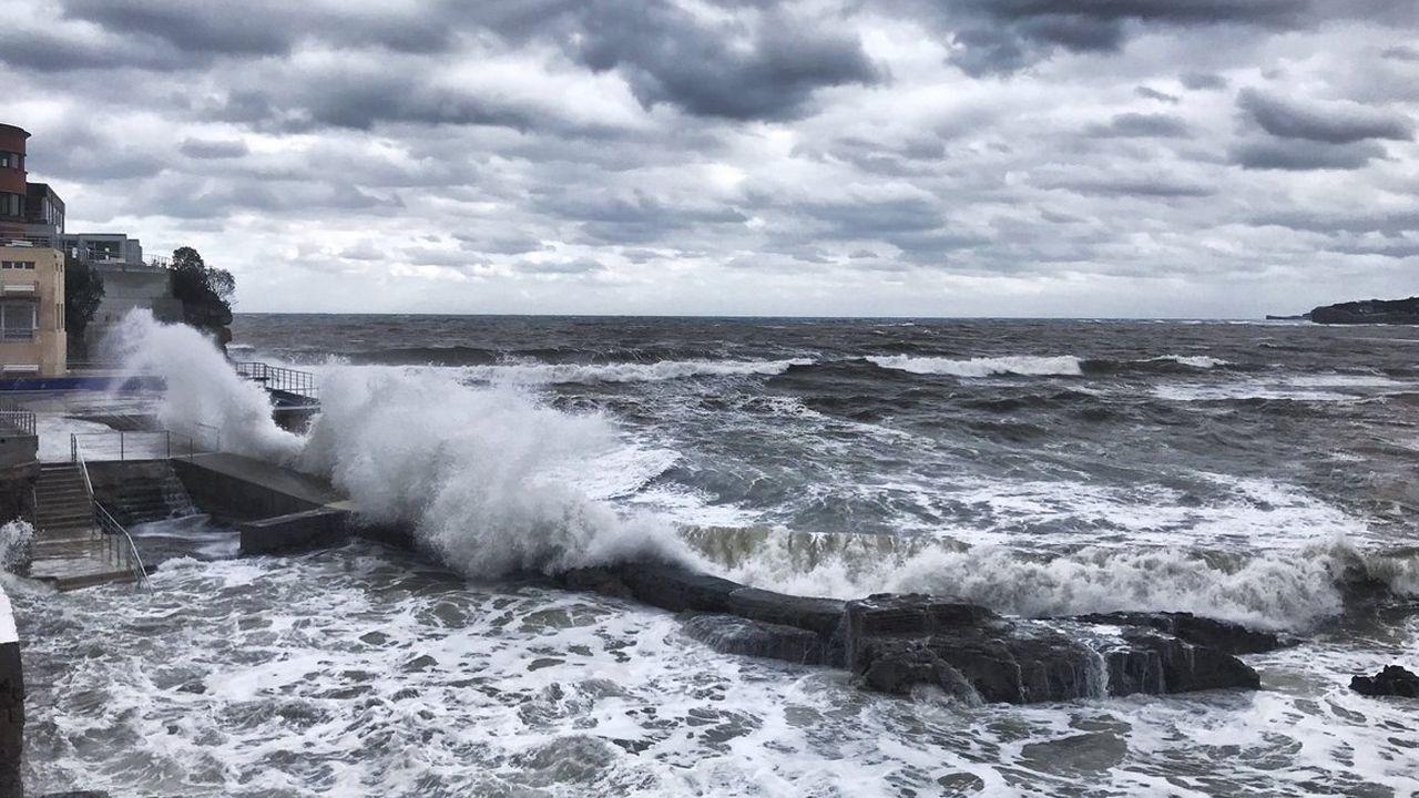 Ola de casi ocho metros llegan a la costa en Gijón.Ola de casi ocho metros llegan a la costa en Gijón