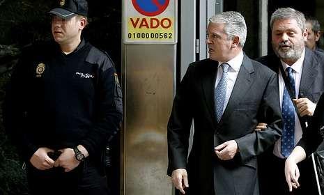 Esperanza Aguirre: «Si ha habido irregularidades en la financiación, tendremos que reconocerlas».Pablo Crespo, acompañado de su abogado, Miguel Durán, tras declarar ante el juez.