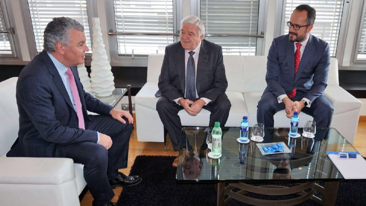 La autopista del Huerna.El presidente de FADE, Belarmino Feito junto a los dirigentes de Vox Asturias, Rodolfo Espina e Ignacio Blanco