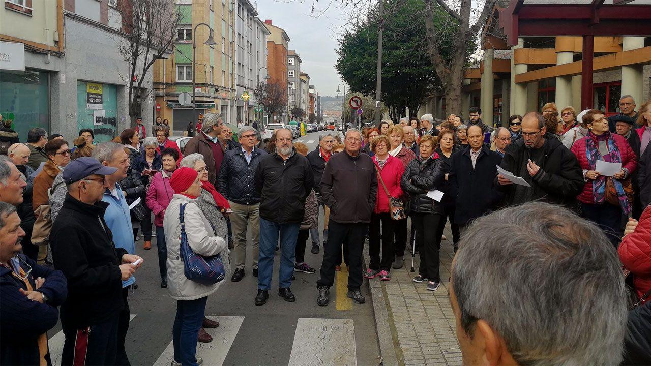 Vecinos y representantes del PP concentrados ante el Centro de Salud de Perchera, en Gijón