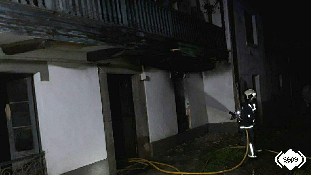 Efectivos de bomberos apagando el fuego