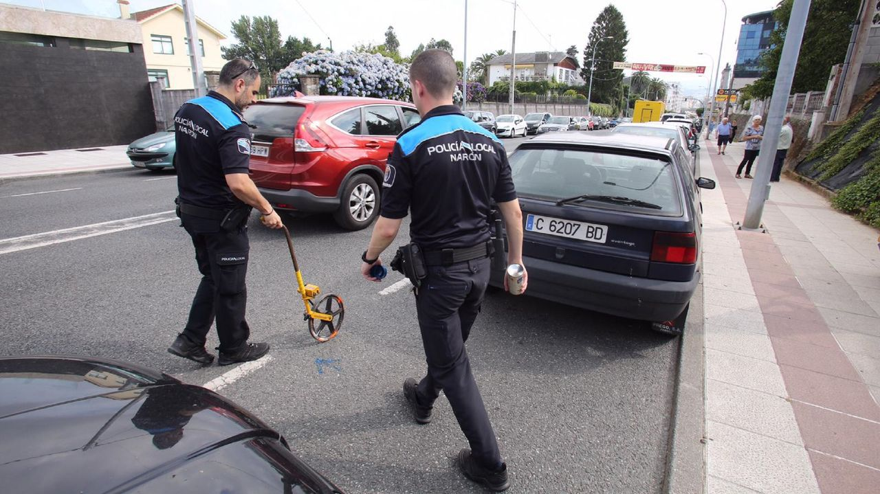 En la imagen, agentes de la Policía Local de Narón, inspeccionando la zona donde se produjo el accidente esta mañana
