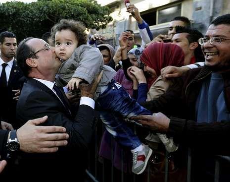 Bush se estrena como pintor.Hollande fue aclamado por los argelinos.