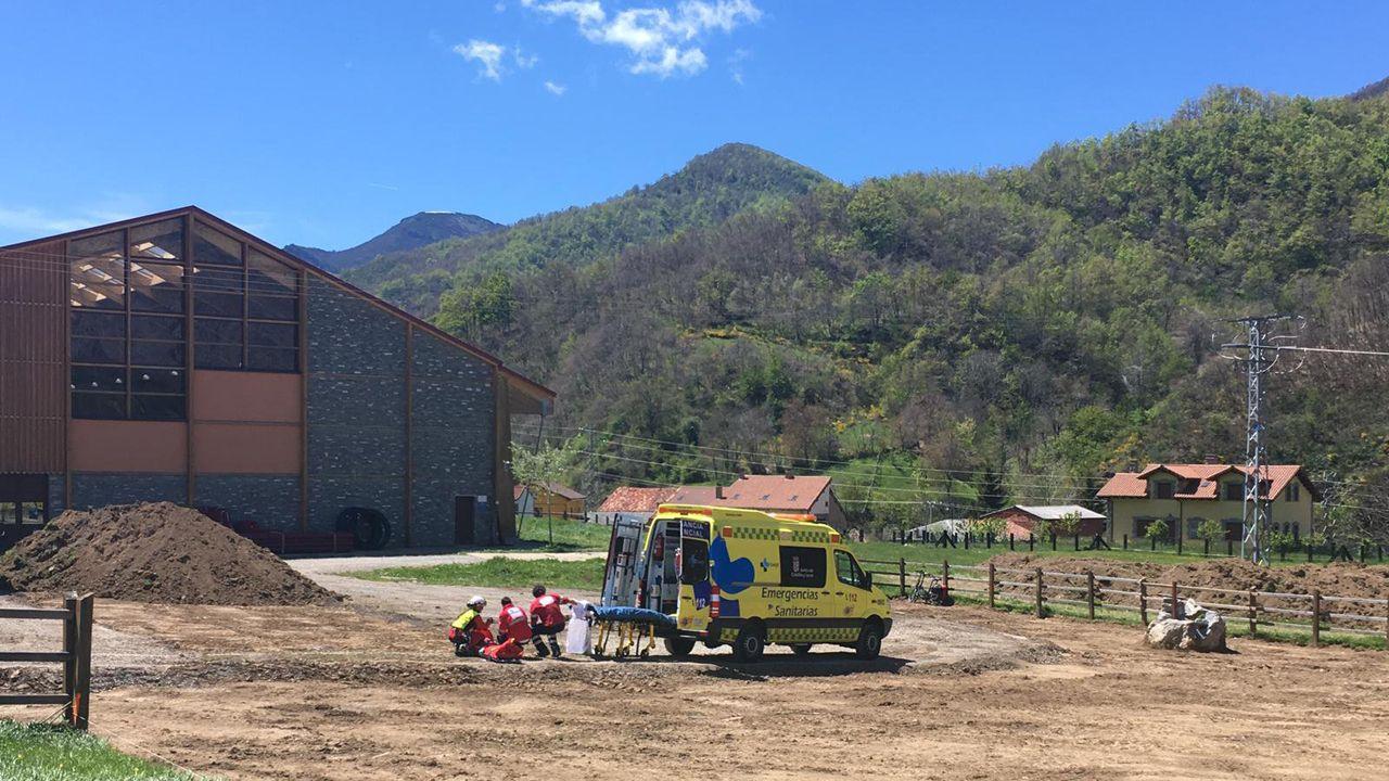 Así fue el rescate a la montañera francesa herida en el Urriellu.Momento de la evacuación de la mujer accidentada en la zona leonesa de Picos