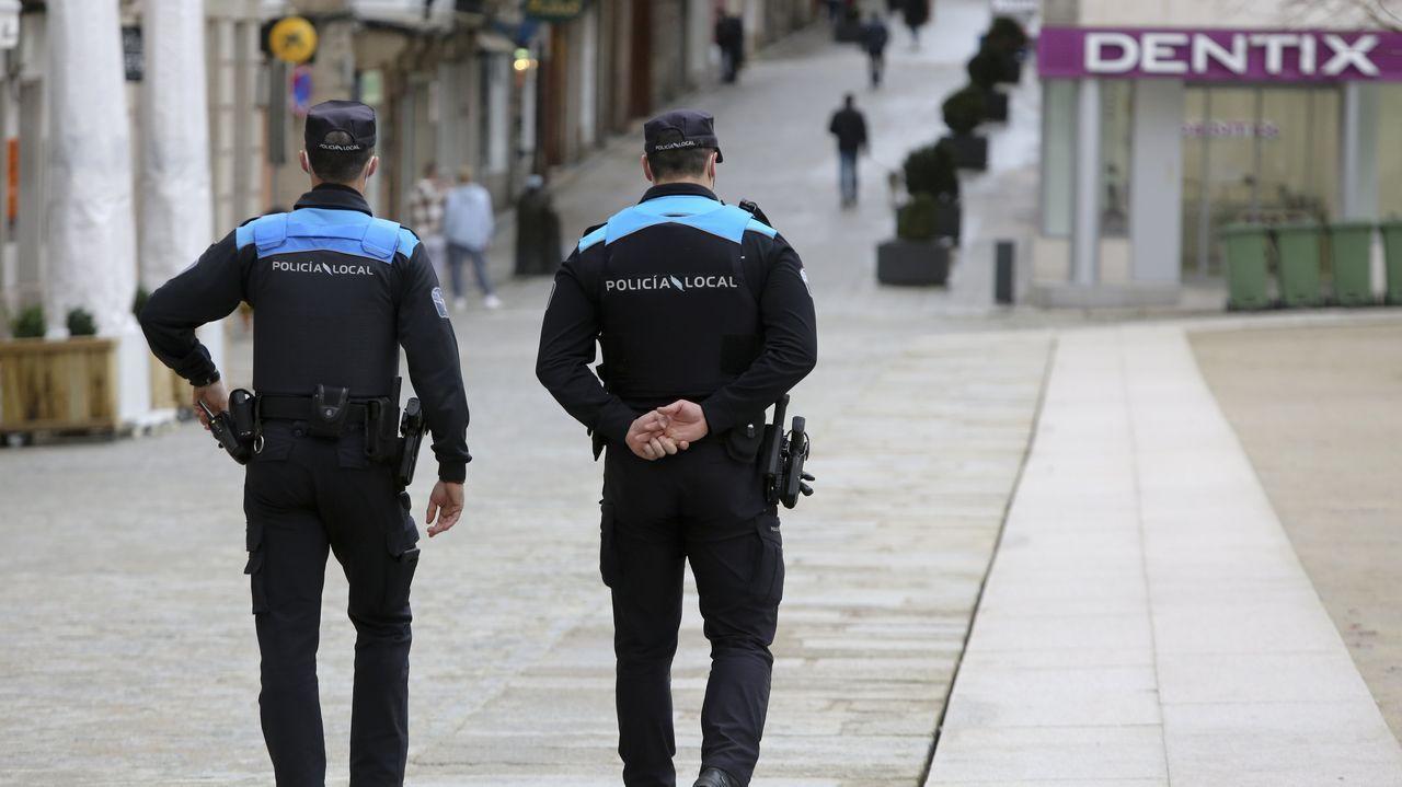 Dos policías locales de Ferrol, de patrulla por la zona de la plaza de Armas