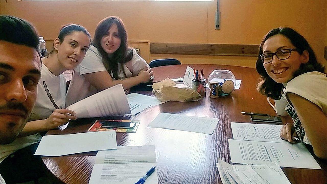 Los miembros de la comisión permanente del Conceyu de la Mocedá d'Uvieu