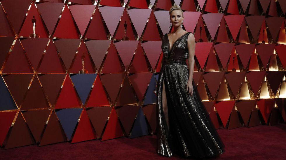 Naomi Harris se decanta por las lentejuelas blancas. El vestido asimétrico, que la actriz combina con sandalias amarillas, está firmado por Calvin Klein