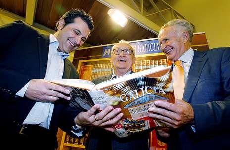 Presentación do novo volume co seu coordinador Domingos Sampedro, esquerda.