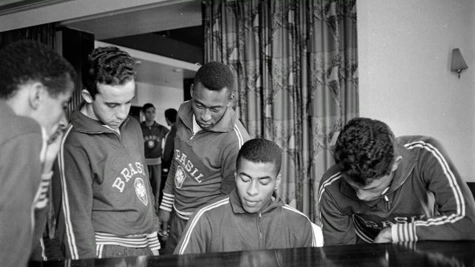 Jugadores de Brasil tocando el piano en el hotel, durante su particular toque de queda en el 66