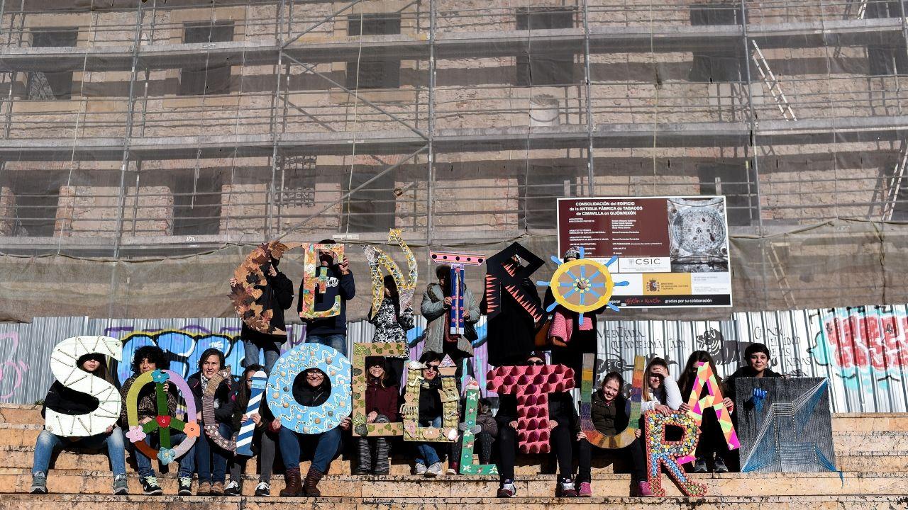 Interior del refugioantiáereo de Cimavilla.Los 'artistas' muestran las letras elaboradas con elementos reciclados.