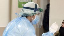 Una sanitaria practicando una PCR este jueves en Galicia