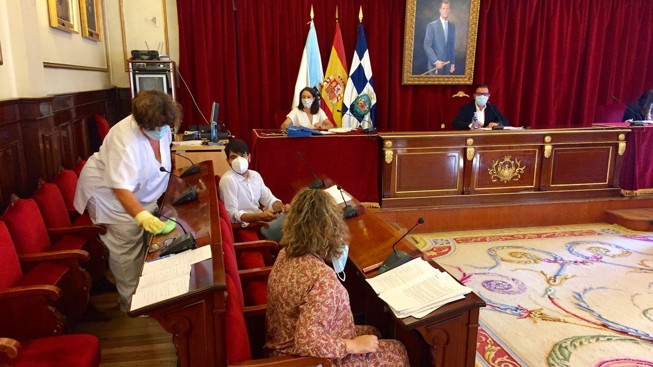 La visita a Ferrol de la ministra de Política Territorial Carolina Darias.Personal de limpieza desifectando los asientos de los ediles en el transcurso del pleno