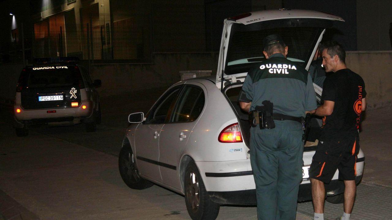 La Guardia Civil registra el coche de los trabajadores de una imprenta en la que, sospecha, se imprime material de votación