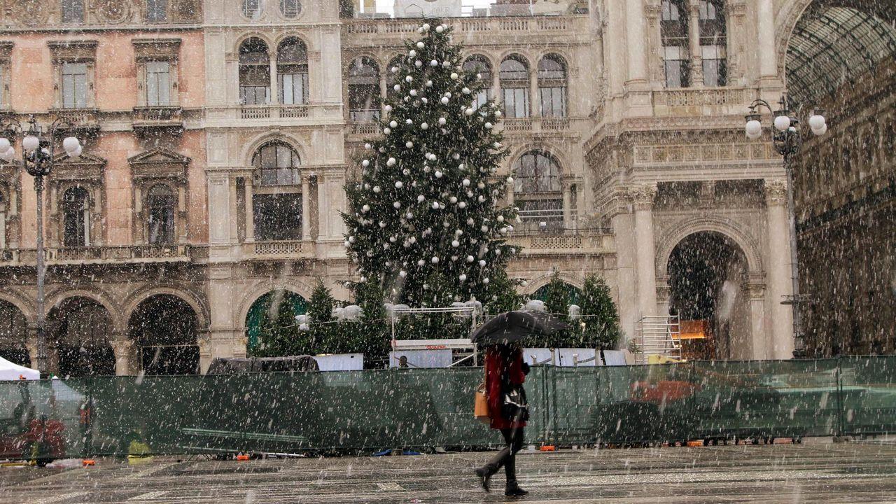 Una mujer camina por Milán bajo la nieve