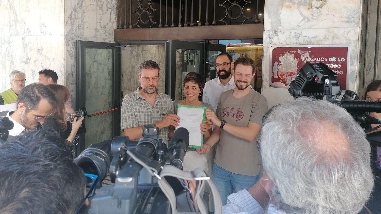 Miembros de Greenpeace y Ecologistas en Acción, en la presentacion del recurso