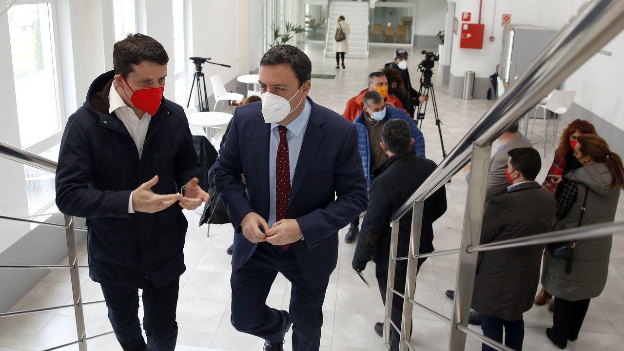 Ecos de un gobierno roto. Ignacio Aguado, de Ciudadanos, mira a Isabel Díaz Ayuso, que esgrime un adoquín en una sesión parlamentaria en Madrid, el 18 de febrero del 2021