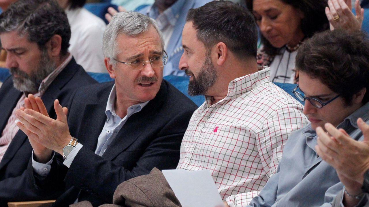 El líder de Vox, Santiago Abascal (C) y el cofundador del partido José Antonio Ortega Lara (i)