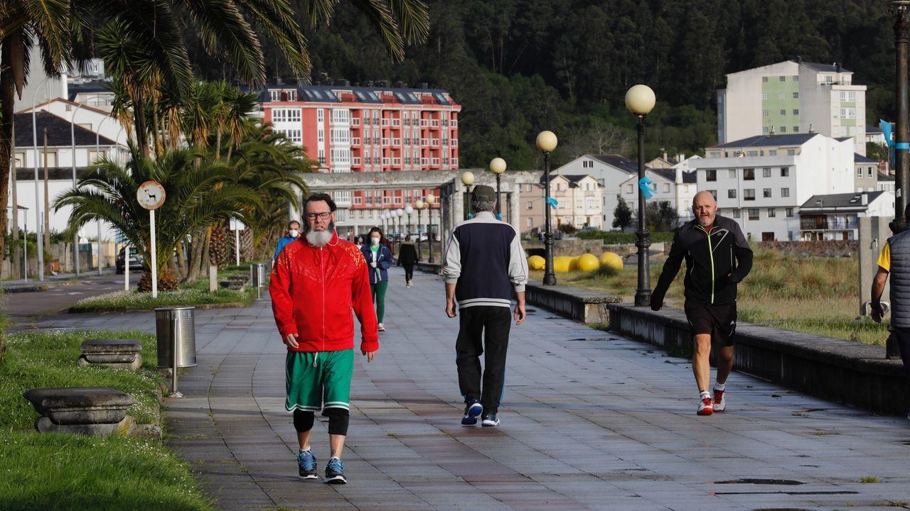 Gente paseando o haciendo deporte por el Paseo Marítimo de Covas en Viveiro