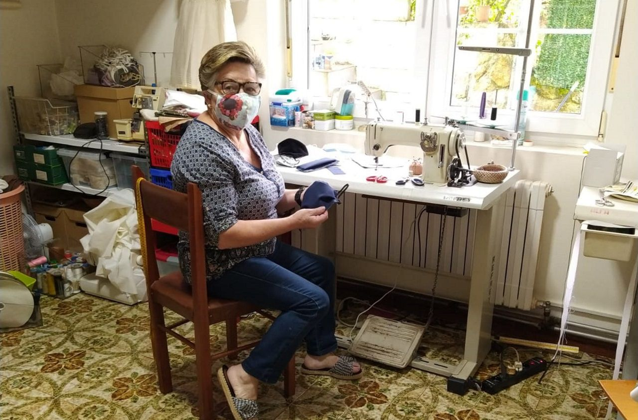 Paquita, la modista solidaria de Berdoias.Paquita Antelo cosiendo mascarillas para el Hospital de Cee
