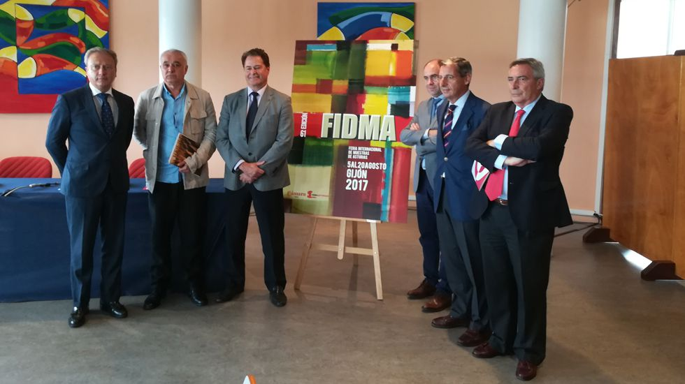 Responsables de la Fidma y la Cámara de Comercio, y el artista Benjamín Menéndez, junto a su cartel