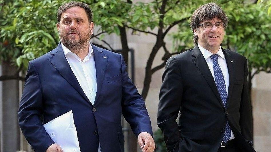 El himno de España se cuela en la ofrenda floral del Govern por la Diada.Oriol Junqueras (ERC) y Carles Puigdemont (JxCat)