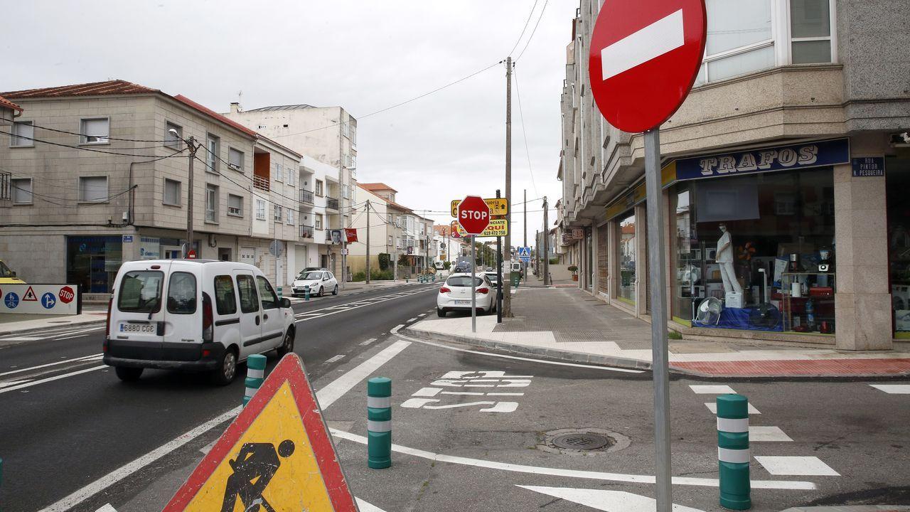 Los vendedores ambulantes protestan por el cambio de tráfico en Alexandre Bóveda.Imagen de archivo de un guardia civil en un control de alcohol en la provincia lucense