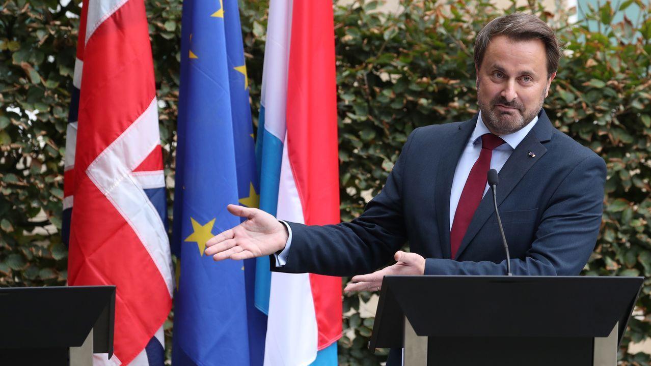 El primer ministro de Luxemburgo muestra el atril reservado a Johnson tras no presentarse a la rueda de prensa