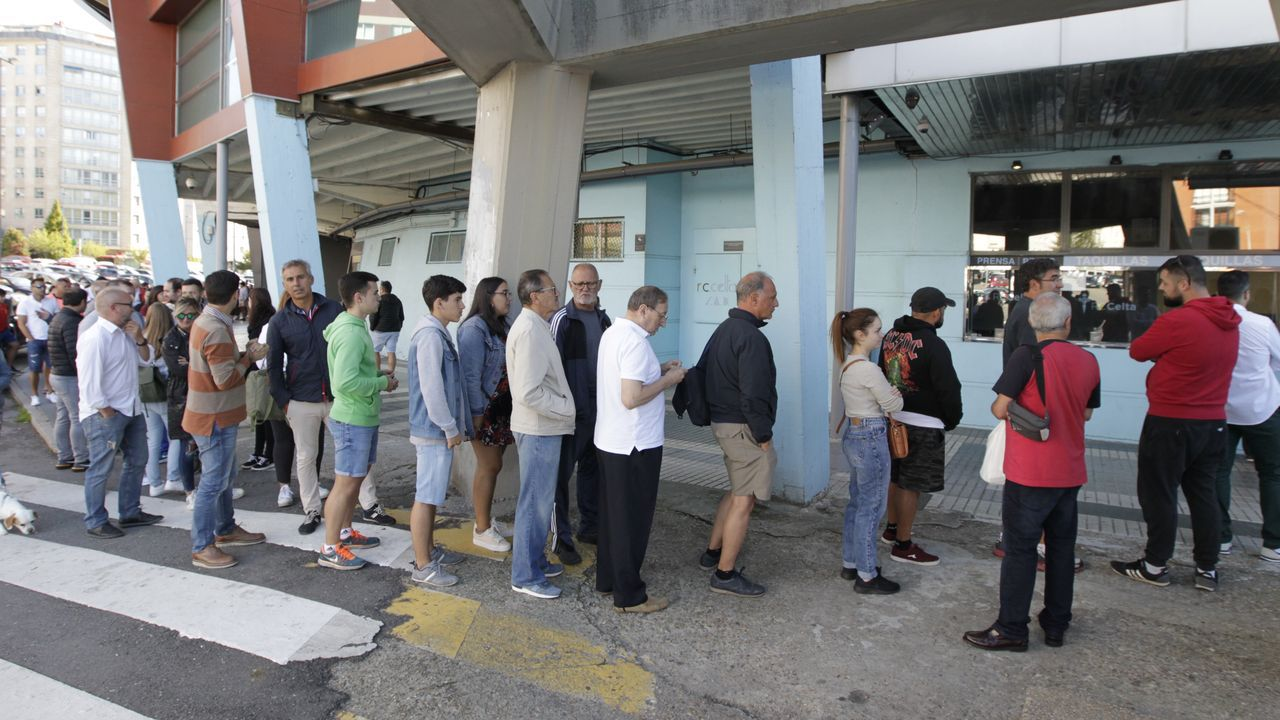 Clientes aguardando para repostar este martes por la tarde en la gasolinera Cepsa de Tomiño, muchos de ellos portugueses