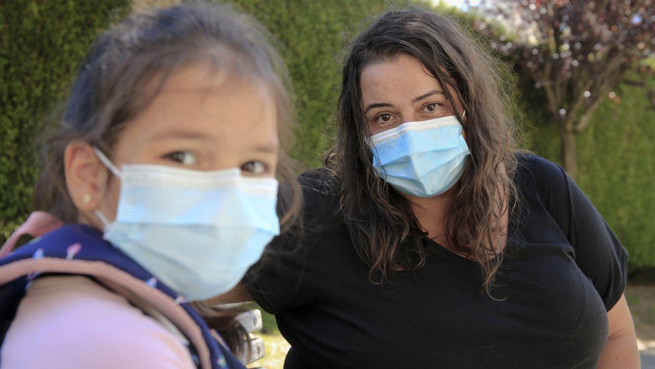 Los sepultureros del Cementerio Municipal de San Froilan cuentan su experiencia durante la pandemia de la Covid19.Belén, con su hija Noa, que regresó ayer al colegio