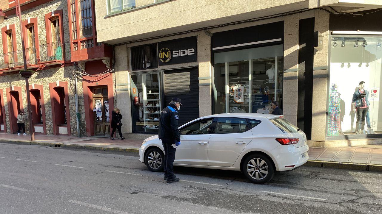 La Policía Local de O Barco trató de concienciar a los conductores en el primer dia laboral en estado de alarma.