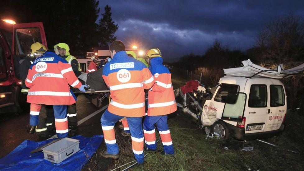 Momento en que los sanitarios evacúan a uno de los tres heridos en el accidente del 2 de febrero del 2015 en la N-120