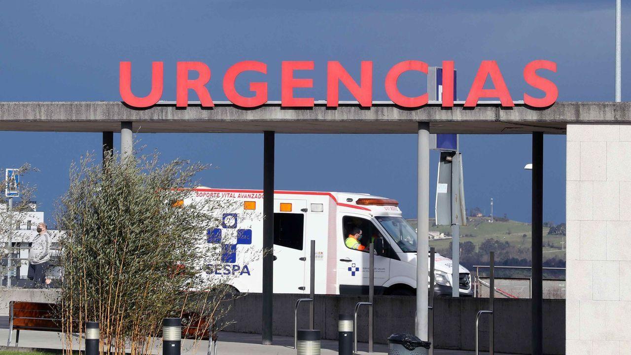 Una ambulancia en el área de Urgencia del HUCA