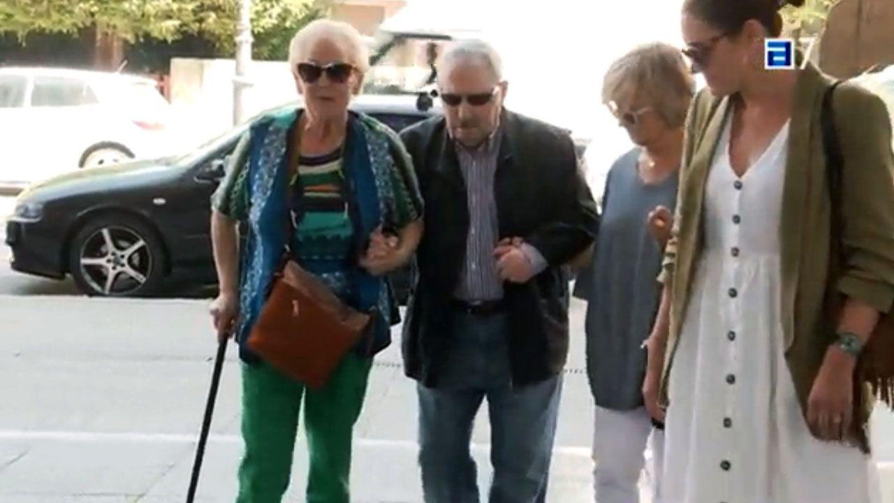 José Ángel Fernández Villa llega a los juzgados de Oviedo del brazo de su mujer