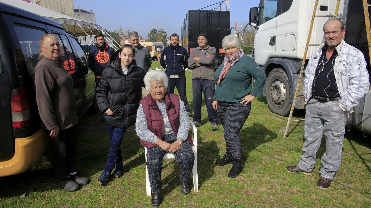Un circo, «atrapado» en Monforte por el coronavirus.El conductor de una ambulancia del 061 desinfecta el vehículo tras un traslado al hospital