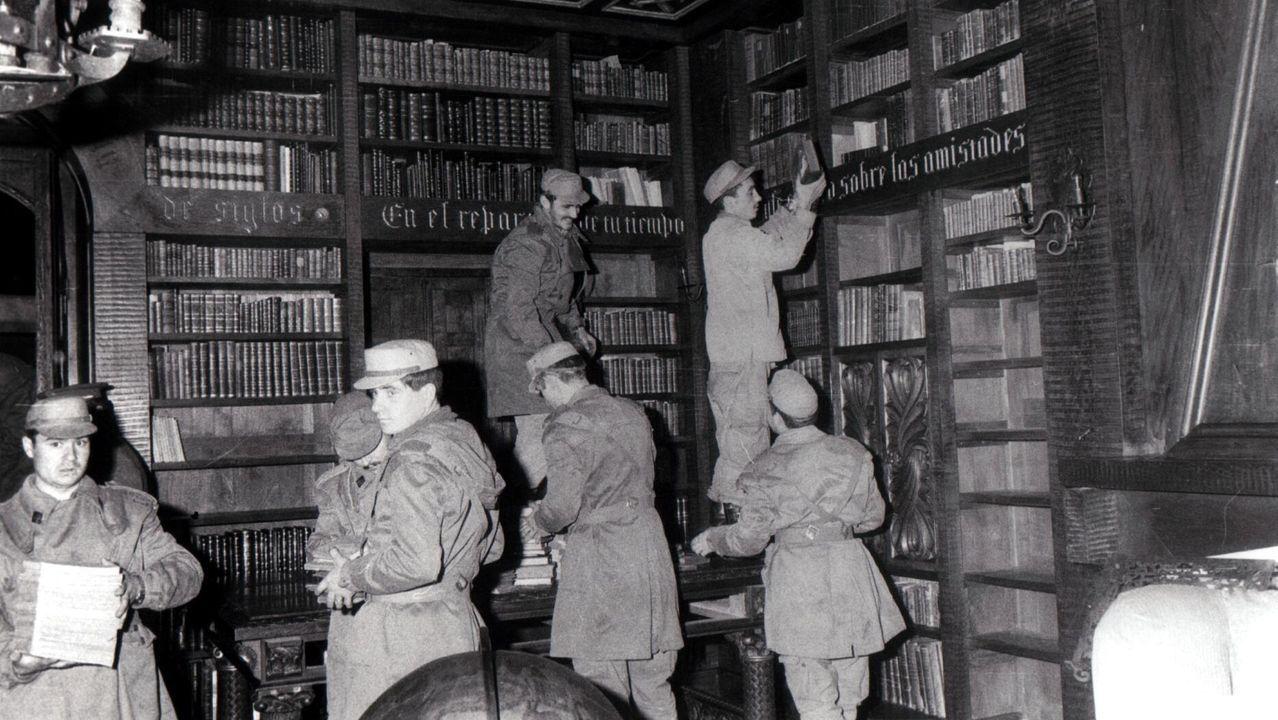 Soldados vaciando la biblioteca para salvar los libros del avance de las llamas